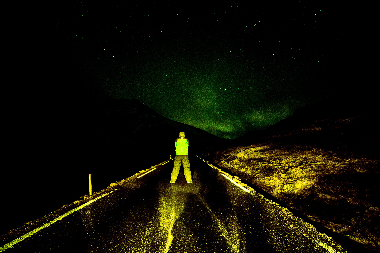 As Auroras acontecem a uma distancia de 100km da terra, aproximadamente.