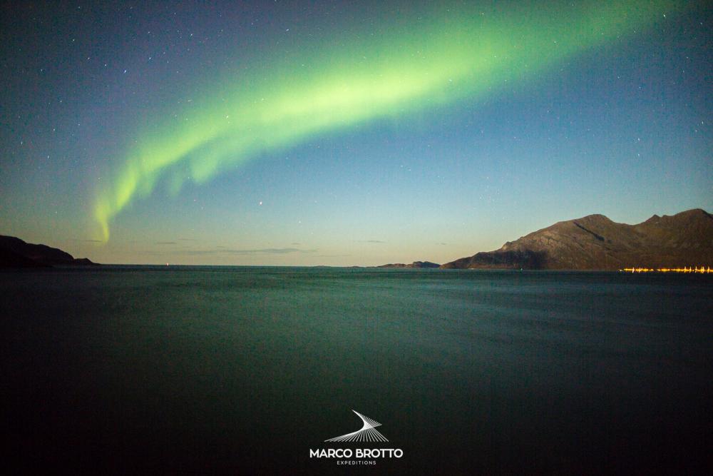 Aurora Boreal nos fjords Noruega.
