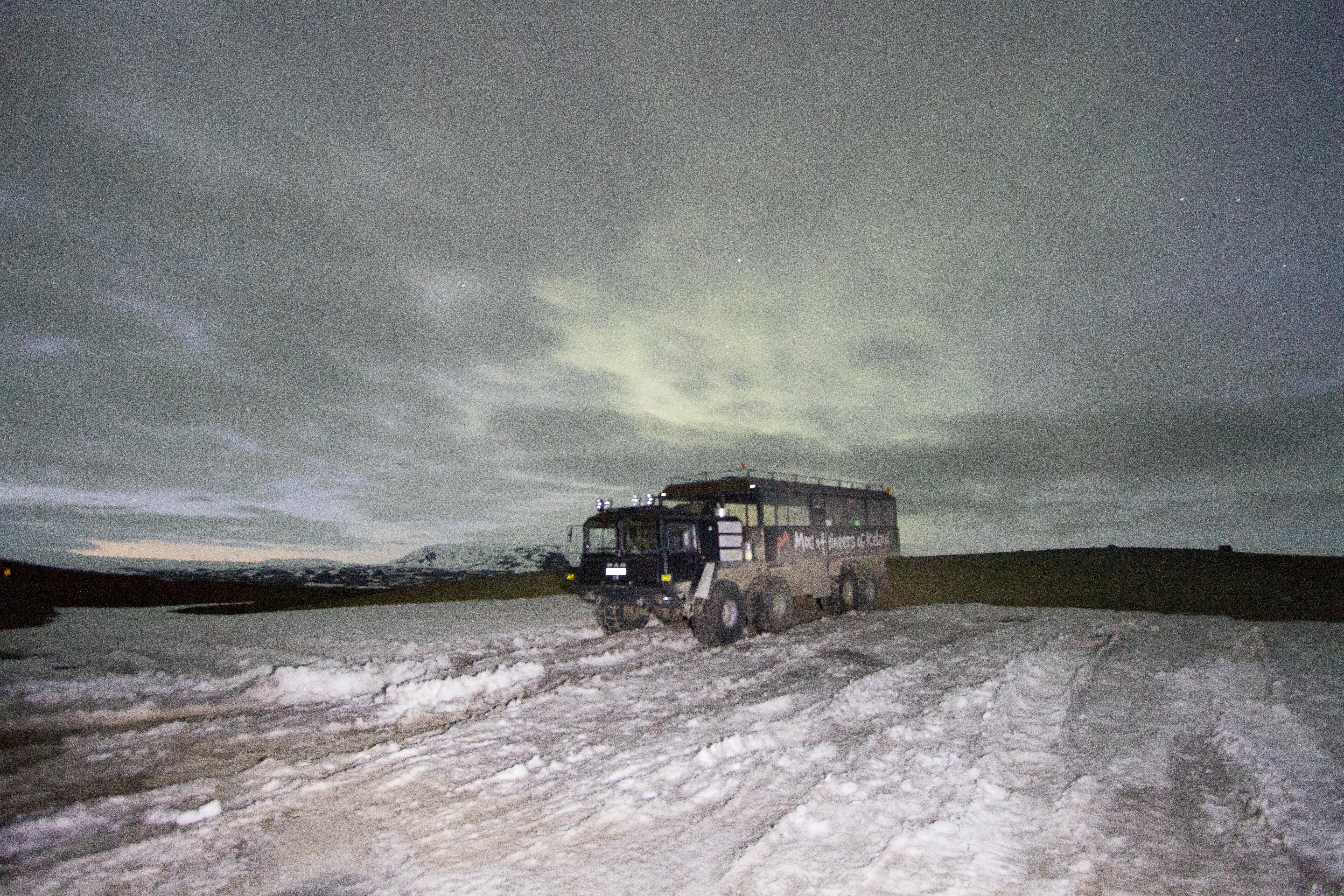 Os caminhões especialmente preparados para percorrer as geleiras.