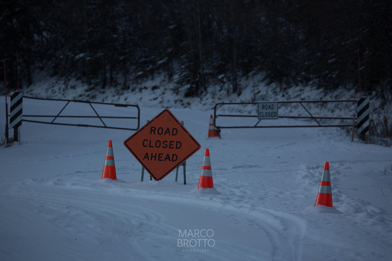alasca de carro , voce encontrará estradas fechadas.