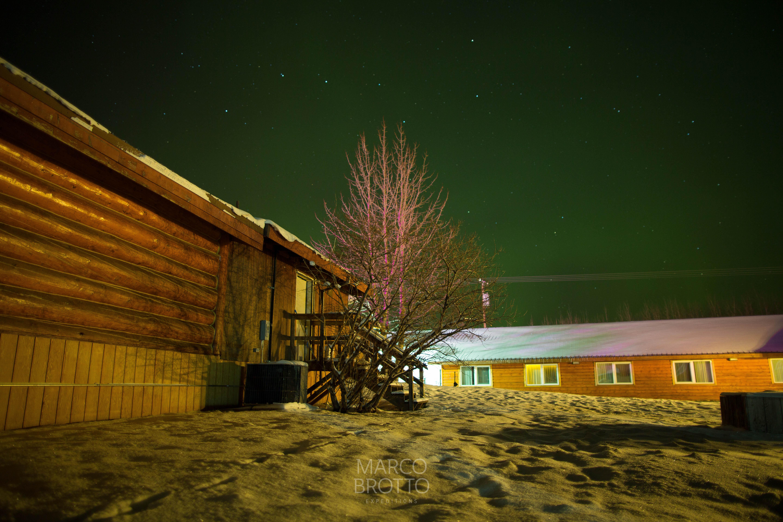 Uma aurora muito fraca estava nos espaerando quando saímos do hotel para irmos até o interior do Parque Denali