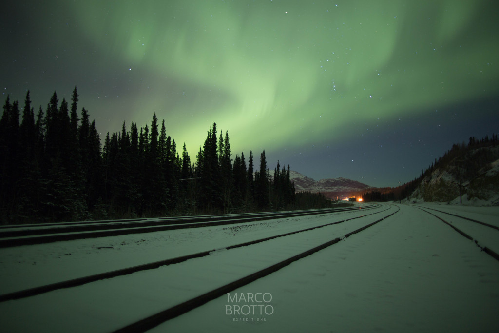 Os trilhos limpos aguardando o Alaska Rail.