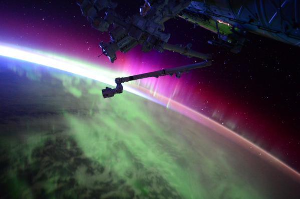 O astronauta da NASA , Scott Kelly filma e fotografa a imensa aurora boreal que ocorreu final de semana.