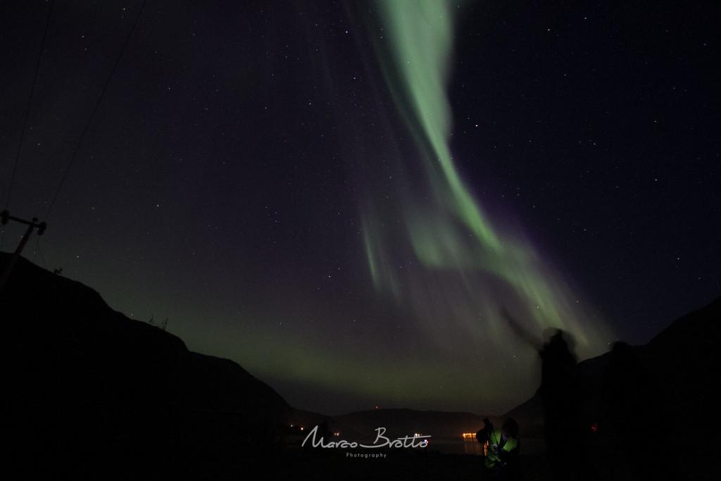 Quem disse que eu conseguia deixar o pessoal parado para tirar fotos? Era uma loucura de luzes dançando no céu que os novos caçadores de aurora boreal não se continham .