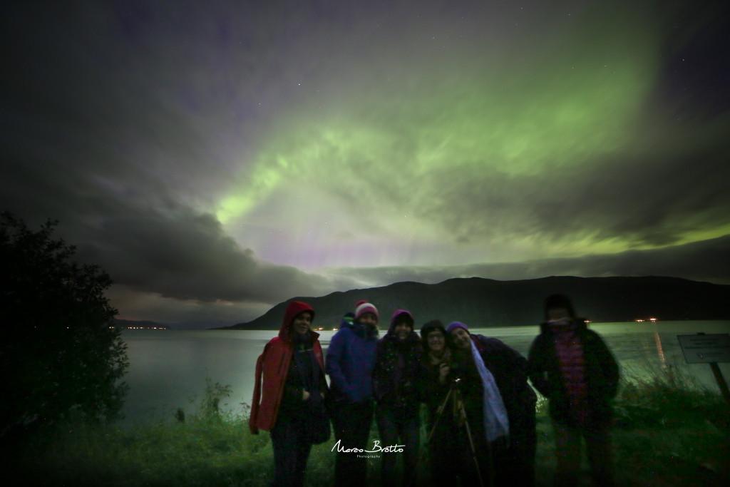 A primeira foto de parte do grupo de brasileiros que foi a Noruega caçar aurora boreal