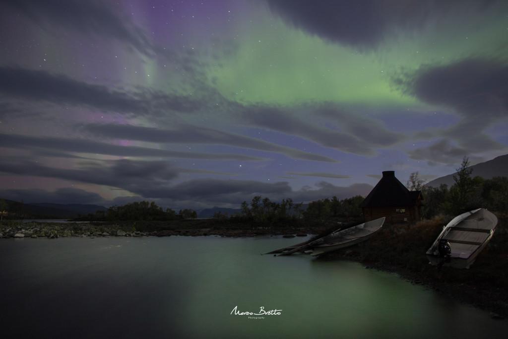 O lago , a aurora boreal , os barcos e ... paz total