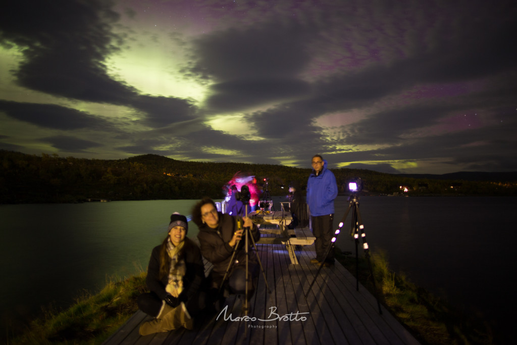 Delicioso Jantar básico com aurora boreal iluminando o lago
