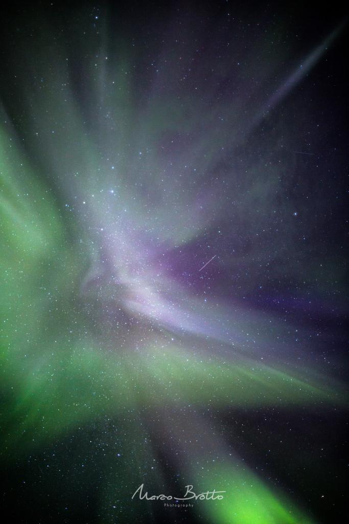 A formação de aurora boreal Noruega Como elas se formam sobre nossa cabeça e suas formas parecem encaixar em nossas cabeças assim são chamadas.