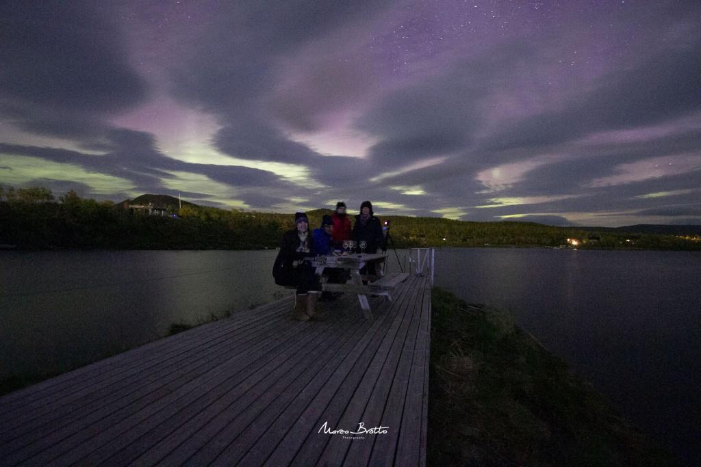 Fotografar aurora boreal com pessoas.