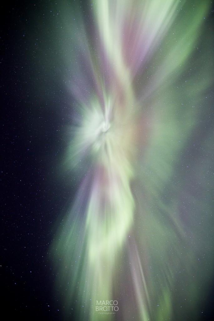 Para fotografar aurora boreal assim temos que ter a sorte dela estar no zenite e com 15 s de exposicao.