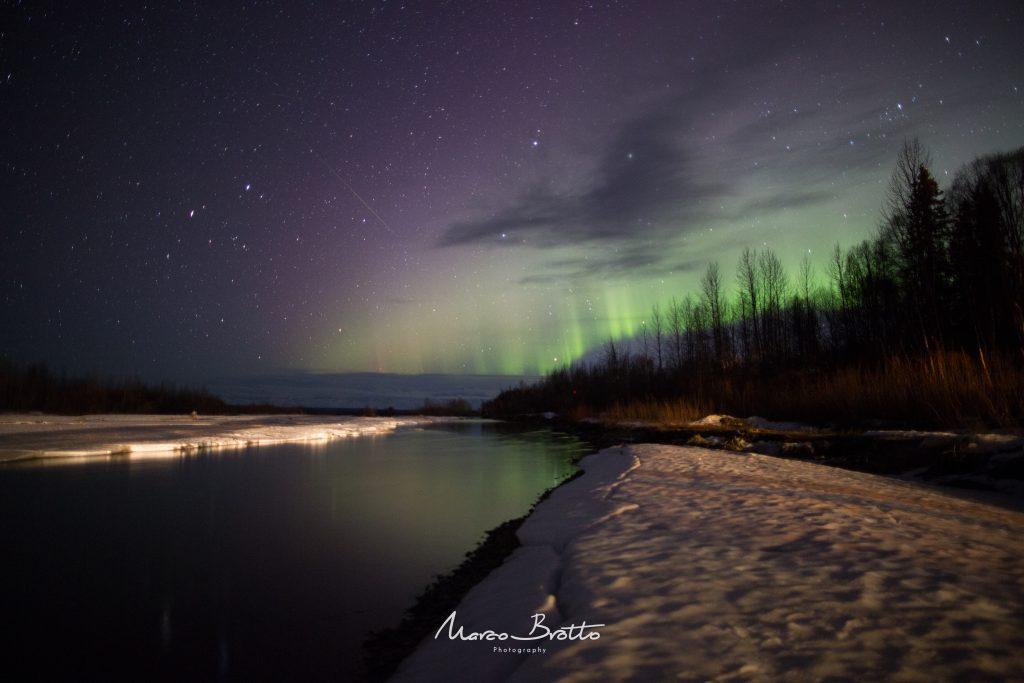O cenario perfeito para uma madrugada fria no Alasca vendo a Aurora Boreal pintando o Alasca Range.