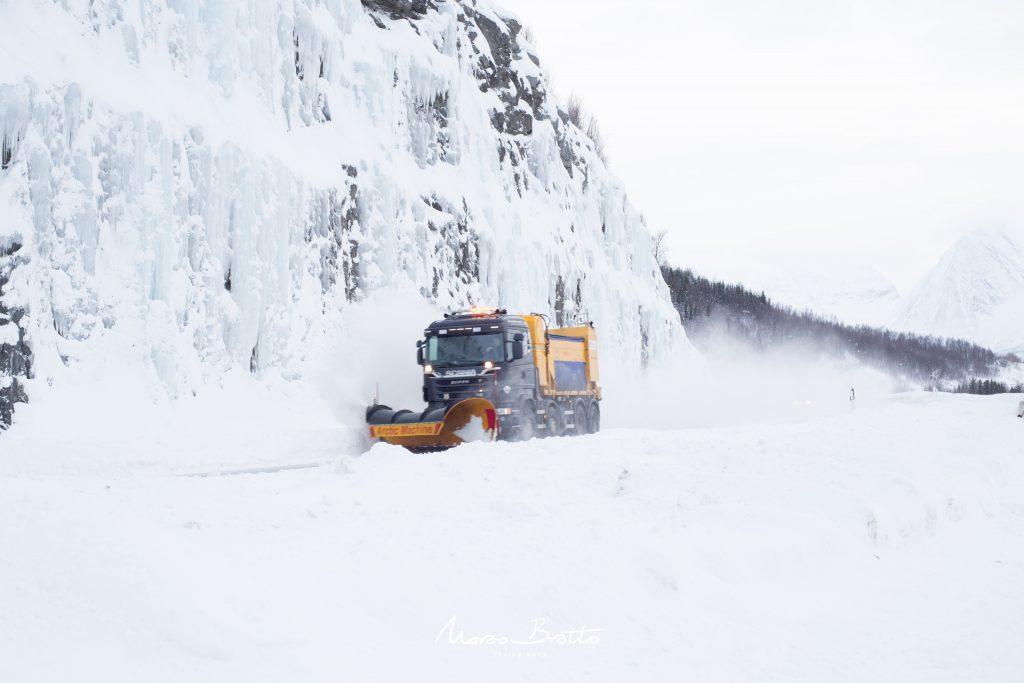 Caminhão limpando neve na Noruega.