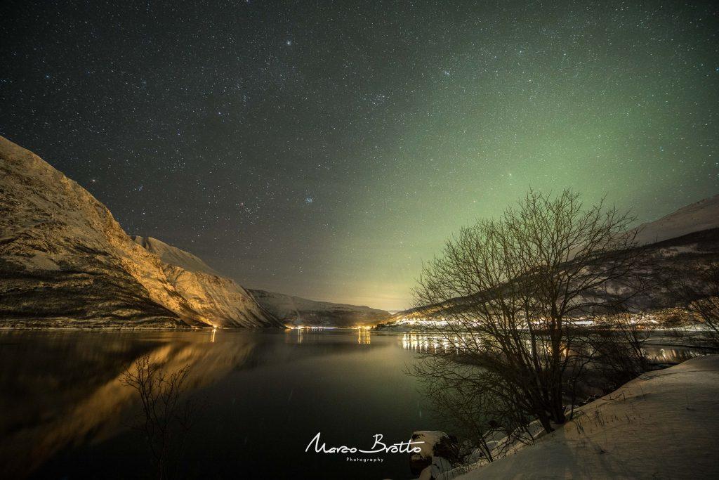 aurora boreal na lapônia com céu estrelado
