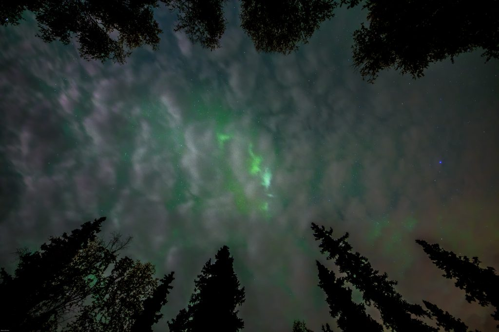 aurora boreal no alaska entre nuvens