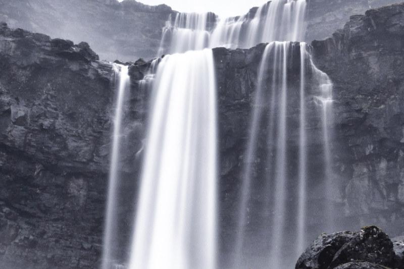 cachoeira nas ilhas faroé
